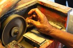 Schließen Sie herauf Bild von Händen einer Person, die einen Edelstein schneidet Lizenzfreie Stockfotos