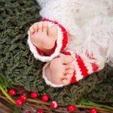 Schließen Sie herauf Bild von neugeborenen Babyfüßen, Weihnachtszeit Stockbild