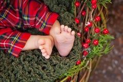 Schließen Sie herauf Bild von neugeborenen Babyfüßen, Weihnachtszeit Lizenzfreies Stockbild