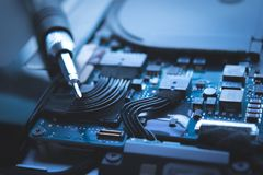 Schließen Sie herauf blauen Hintergrund der Reparatur des Festplattenlaufwerks des Computerlaptops, stockfotos
