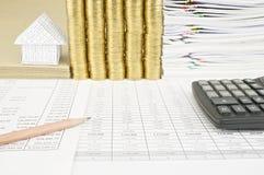 Schließen Sie herauf Bleistift auf Finanzkonto haben Haus auf Umschlag Lizenzfreie Stockfotografie