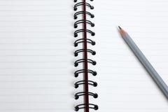 Schließen Sie herauf Bleistift mit Buch Stockfotos