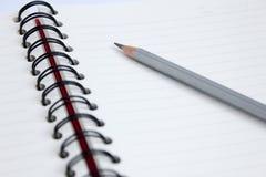 Schließen Sie herauf Bleistift mit Buch Stockbilder