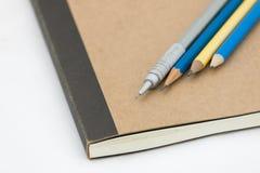 Schließen Sie herauf Bleistiftstift und -notizbuch Lizenzfreie Stockfotos