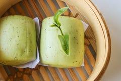 Schließen Sie herauf Brötchen des grünen Tees im Bambuskorb Stockfoto