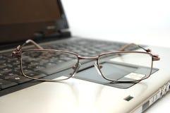 Schließen Sie herauf Brillen auf Laptop Lizenzfreie Stockfotos