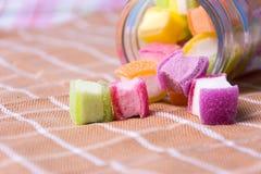 Schließen Sie herauf bunte Süßigkeit im Glas Stockfotos