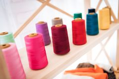 Schließen Sie herauf bunte Threads an der Kleiderfabrik Lizenzfreie Stockbilder