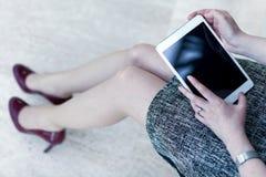 Schließen Sie herauf das Bild der Frau eine Tablette halten stockfotos