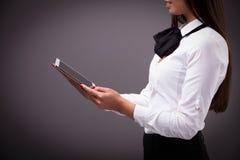 Schließen Sie herauf das Bild der Geschäftsfrau Tabletten-PC mit Stange gra halten Stockfotos