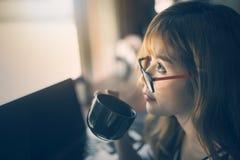 Schließen Sie herauf das Bild der jungen Frau Tasse Kaffee halten Stockfotografie