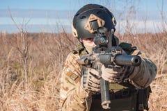 Schließen Sie herauf das Bild des Soldaten Gewehr zielend Stockbild