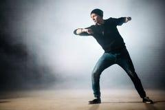 Schließen Sie herauf das Foto des Mannes stehend auf dansing Position aus den Grund stockfotos