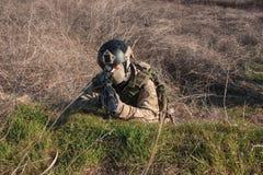 Schließen Sie herauf das Foto des Soldaten zielend in Hinterhalt Lizenzfreies Stockbild