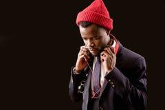 Schließen Sie herauf das geerntete Bild des Afrorappers rote Kappe tragend lizenzfreies stockfoto