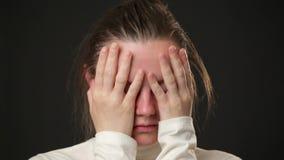 Schließen Sie herauf das Gesicht der traurigen Frau stock footage