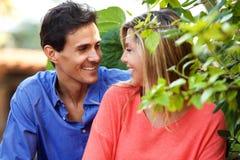 Schließen Sie herauf das glückliche Paar, das zusammen draußen auf Datum sitzt Lizenzfreie Stockbilder