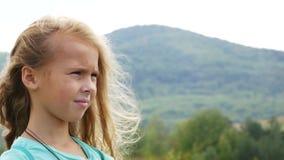 Schließen Sie herauf das Mädchen, das in den Ferngläsern schaut Genießen von Reise stock video footage