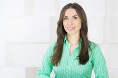 Schließen Sie herauf das Porträt der Geschäftsfrau Kamera betrachtend Lizenzfreies Stockfoto
