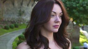 Schließen Sie herauf das Porträt der Luxusfrau gehend am sonnigen Tag in der Zeitlupe stock video footage