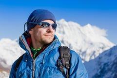 Schließen Sie herauf das Porträt des Wanderers den Horizont in den Bergen betrachtend Lizenzfreies Stockbild
