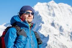 Schließen Sie herauf das Porträt des Wanderers den Horizont in den Bergen betrachtend Stockbilder