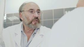 Schließen Sie herauf das Porträt von Doktor den Patienten konsultierend 4K stock video