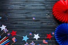Schließen Sie herauf Dekorationen für 4. von Juli-Tag der amerikanischen Unabhängigkeit, Flagge, Kerzen, Strohe USA-Feiertagsdeko stockfotografie