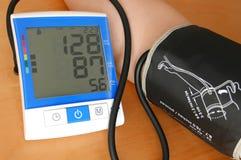 Schließen Sie herauf den Blutdruck, der auf Monitor angezeigt wird Stockbild