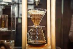 Schließen Sie herauf den brauenden Tropfenfänger, gefiltertes Kaffee Berufs-barista Material Modernes Kaffeekulturkonzept Selekti lizenzfreies stockbild
