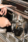 Schließen Sie herauf den Kaffee, der mit Espressomaschine macht Stockbild