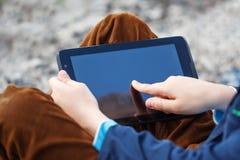 Schließen Sie herauf den kleinen Jungen, der Tabletten-PC für das Spielen und Bildung verwendet Lizenzfreie Stockfotos