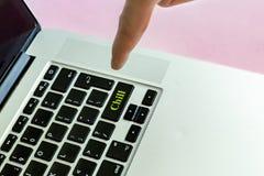 Schließen Sie herauf den Person ` s Handfinger, der den ` Schauer ` Text auf einem Knopf lokalisierten Konzeptes V des Laptops Ta lizenzfreies stockfoto