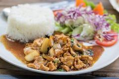 Schließen Sie herauf den Reis, der mit angebratenem Schweinefleisch und Basilikum überstiegen wird Stockfotos