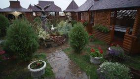 Schließen Sie herauf den Schuss des starken Regens fallend auf das schöne Yard 4K Herbst- oder Frühlingswetter stock footage