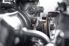 Schließen Sie herauf Detail der alten schmutzigen Automotormaschine mit Staub im Kaimanfisch Stockbild