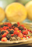 Schließen Sie herauf Detail des Metallbehälters der Frucht, der Brombeere und der Himbeere Lizenzfreie Stockfotos