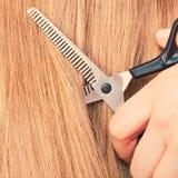 Schließen Sie herauf Detail Spezielle Scheren, die Haar schneiden Lizenzfreies Stockfoto