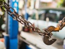 Schließen Sie herauf Details der rostigen Kette und des Hakens in der Autogarage, Thailand Lizenzfreie Stockfotografie