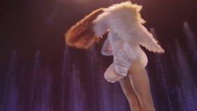 Schließen Sie herauf die Ansicht des Luftausführenden akrobatische Tat gegen bunte Brunnen machend, Akrobatik, Moskau, Russland stock footage