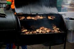 Schließen Sie herauf die Ansicht des saftigen Huhns gekocht auf einem Grill des offenen Feuers lizenzfreie stockfotos