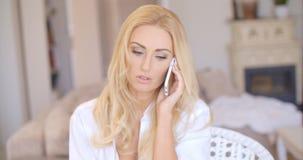 Schließen Sie herauf die blonde Frau, die durch Telefon nennt Lizenzfreies Stockfoto