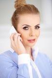 Schließen Sie herauf die blonde Frau, die unter Verwendung des Telefons nennt Lizenzfreie Stockfotos