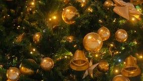 Schließen Sie herauf die Christbaumkerzen, die nachts funkeln Tannenbaum des neuen Jahres mit Dekorationen und Beleuchtung Abbild stock video footage