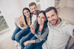 Schließen Sie herauf die Draufsicht glücklichen Freund ` s selfie Fotos, zu Hause genommen stockfotografie