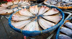 schließen Sie herauf die Fische, die auf dem Korb trocken sind, der für Blitz im Freien ist Stockbild