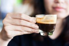 Schließen Sie herauf die Frau, die Kaffeetasse übergibt Lizenzfreies Stockfoto