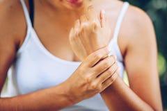 Schließen Sie herauf die Frau gelassenen Handgelenkschmerz Stockbilder