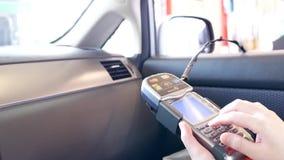 Schließen Sie herauf die Frau, die mit Kreditkarte Zahlung leistet stock video footage