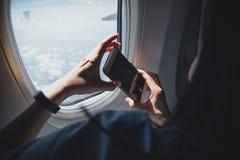 Schließen Sie herauf die Frauenhand, die Handy hält und nehmen Sie ein Foto outsid lizenzfreie stockbilder